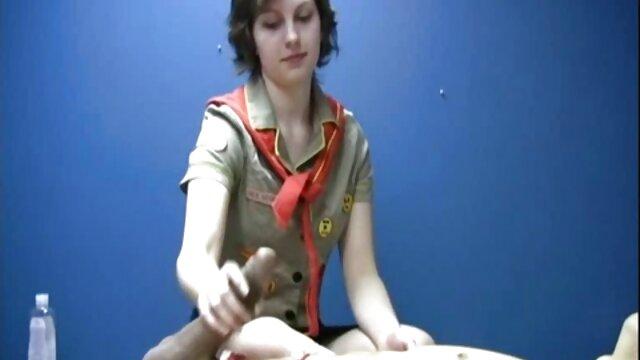 با موهای قرمز وحش گرفتار بازار مال فروشان در دیک از یک دختر که روی تخت دراز کشیده بود گی حشری