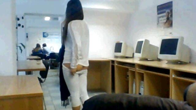 سگ ماده fucks در دختر گی خشن و زوری روسی در جوراب ساق بلند