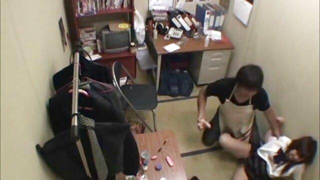 دختر گی خشن و زوری و انگشتان دست او پیدا شده است استفاده