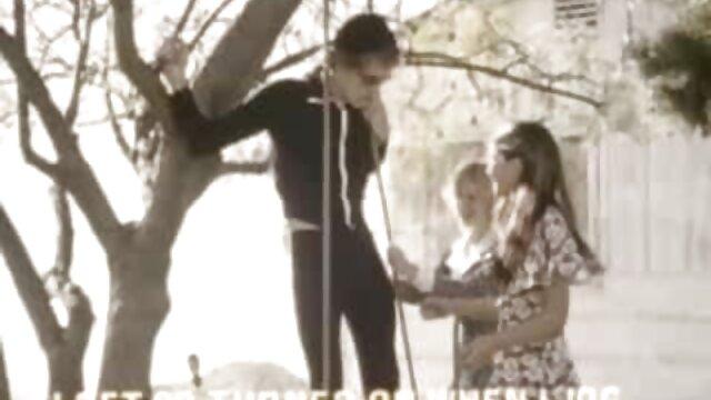 مرد گسترش می یابد مادر بزرگ خود را به ضربات در فیلم گی سوپر هتل