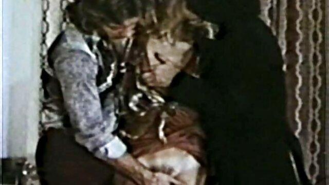 او دختر را در آغوش خود گالری گی شهوانی گرفت و او را انداخت پایین