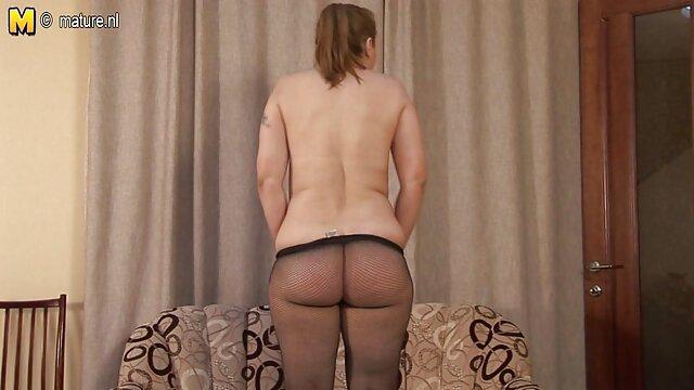 یک مرد عضلانی وارد اتاق گی بوی سکس دو دختر هیجان زده